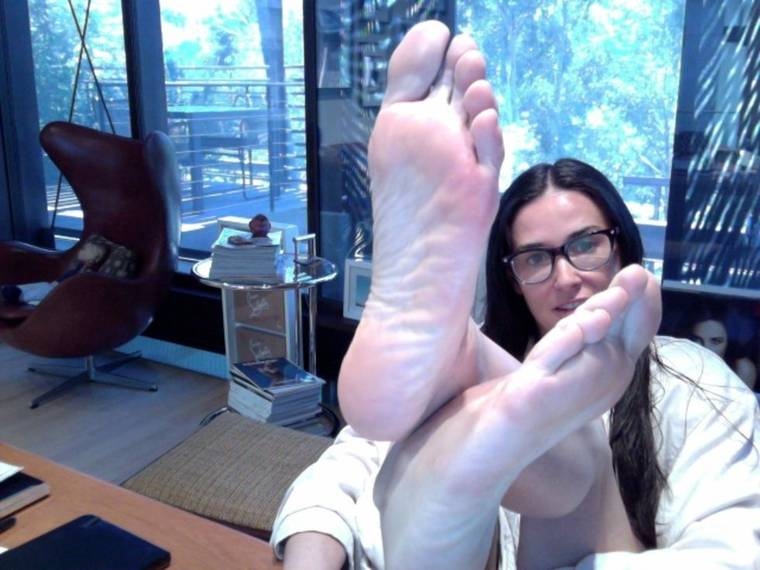 Demi Moore twitter her foots