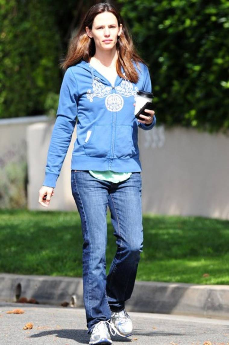 Jennifer Garner heading to a friends house in Santa Monica