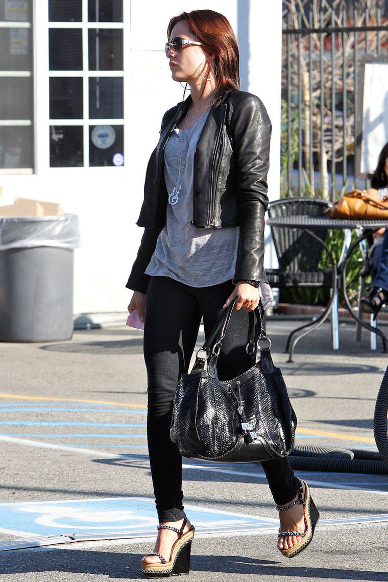 Mena Suvari getting a car wash