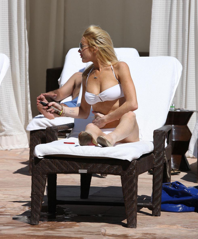 lindsay-lohan-in-white-bikini-1