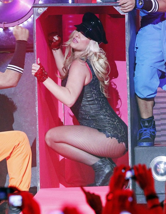 Britney Spears – GMA performance in San Francisco (adds)