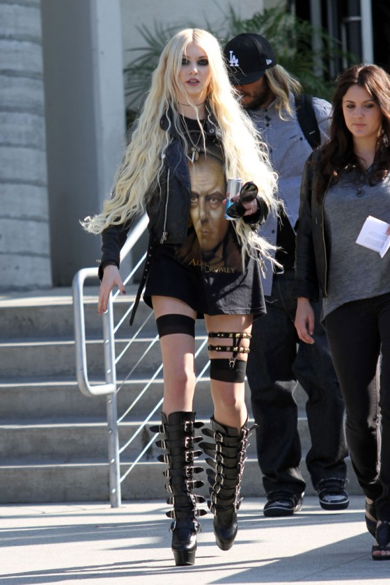 Taylor Momsen - Leggy Candids at Chelsey Lately Show