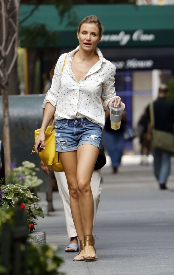 Cameron Diaz shoes her sexy legs in denim shorts i NYC