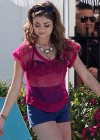 Sarah-Hyland-Poolside-shorts-Set-Modern-Family -4