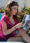 Sarah-Hyland-Poolside-shorts-Set-Modern-Family -8
