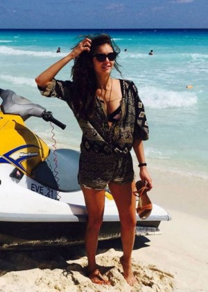 Nina-Dobrev-on-the-beach78