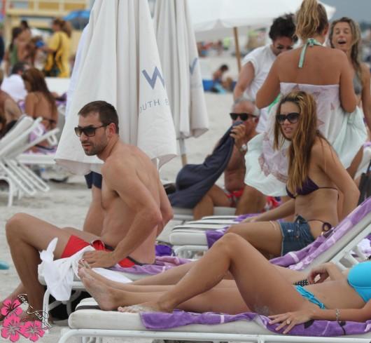 adriana-lima-purple-bikini-candids-at-miami-beach-aug-22-2010-11