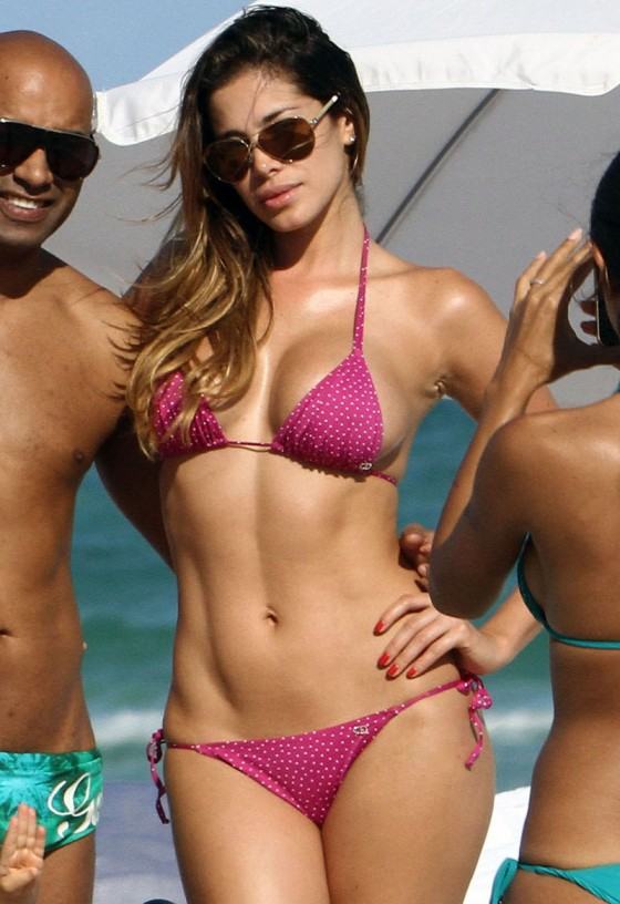 Aida Yespica - Hot in a Pink Bikini in Miami-08