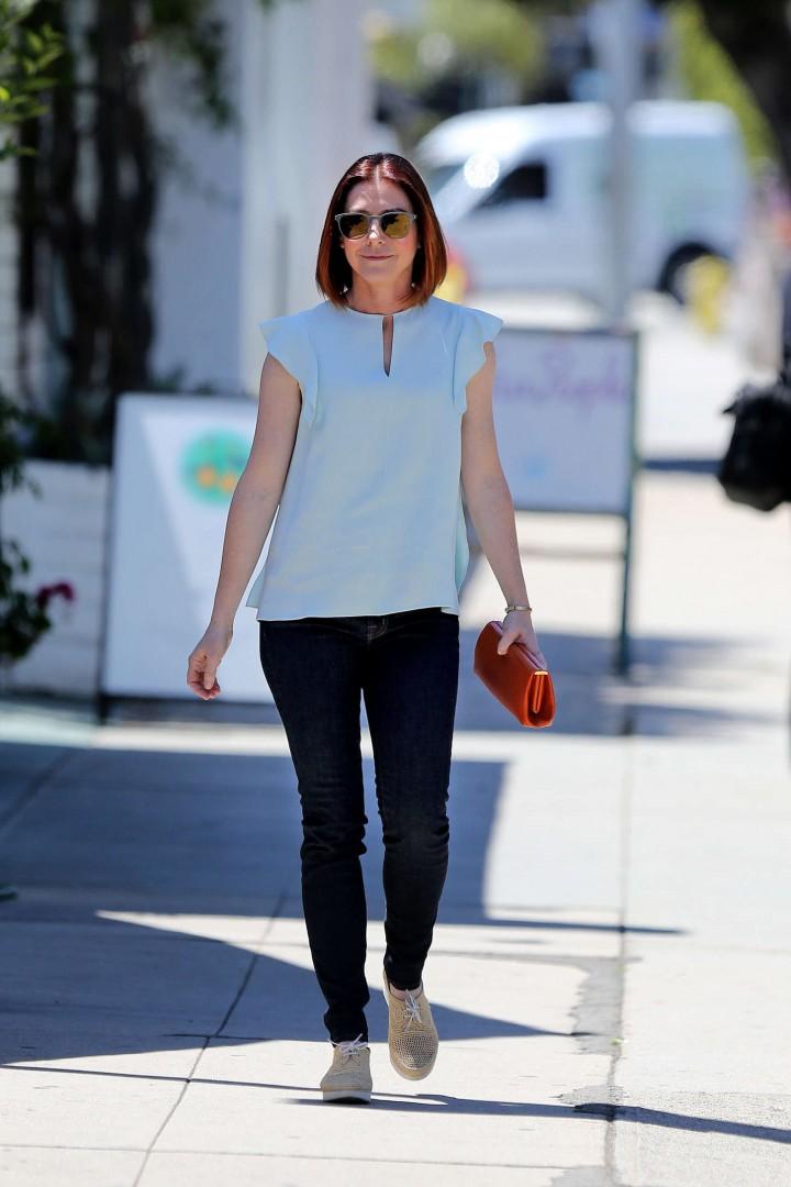 Alyson Hannigan in tight jeans -01