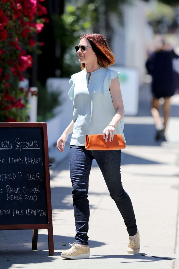 Alyson Hannigan in tight jeans -06