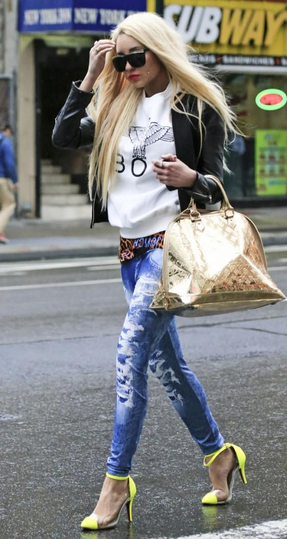 Amanda Bynes in tight jeans-04