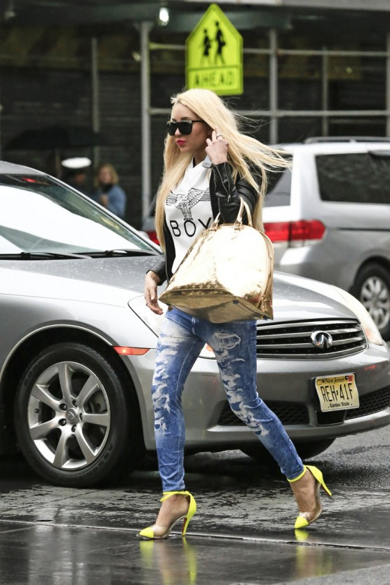 Amanda Bynes in tight jeans-10