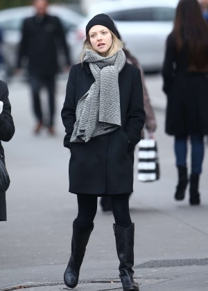 Amanda Seyfried - Shopping on the Champs-Elysées Avenue in Paris