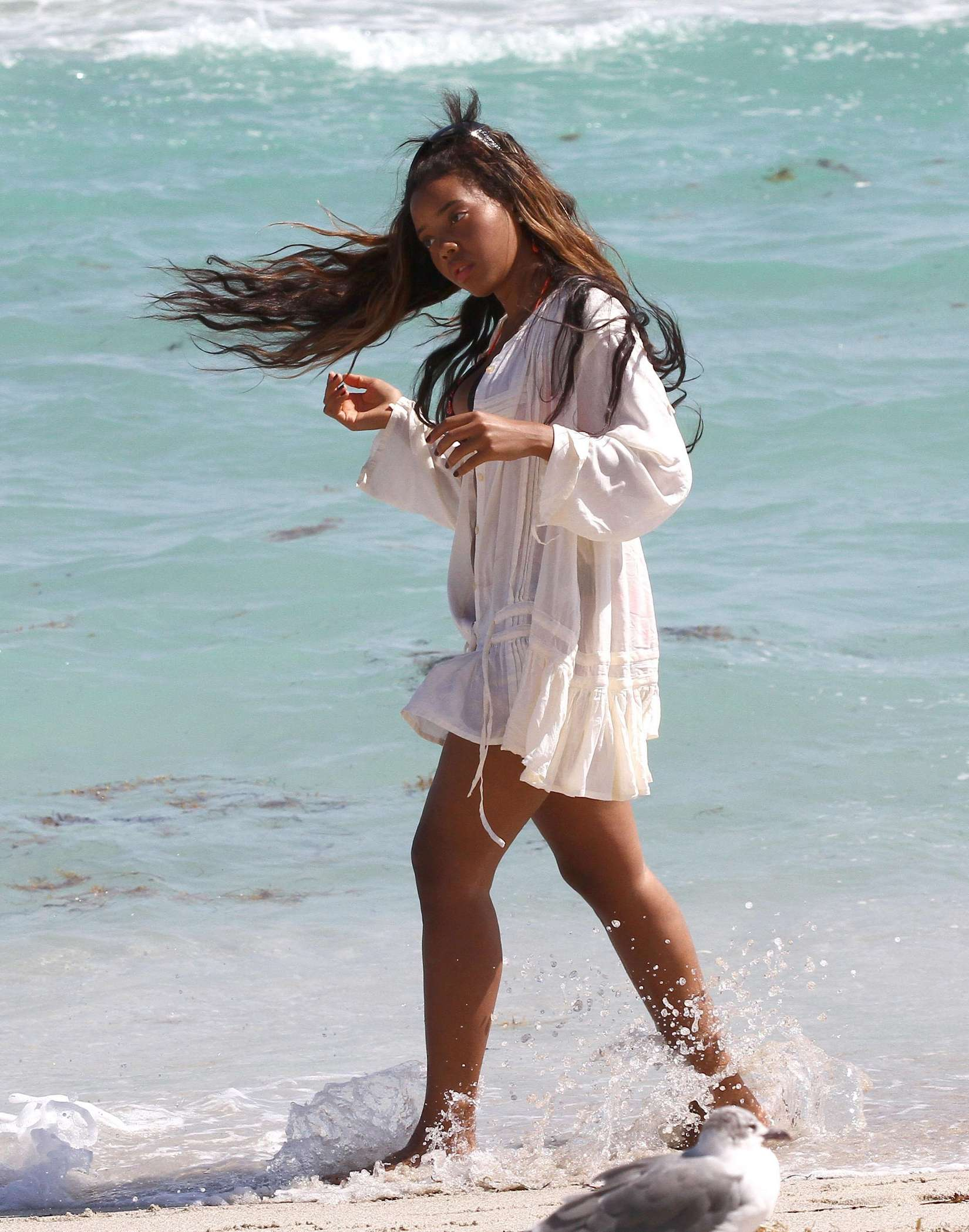 Angela Simmons 2012 : Angela Simmons proudly shows off her rockin body while relaxing on the beach-04