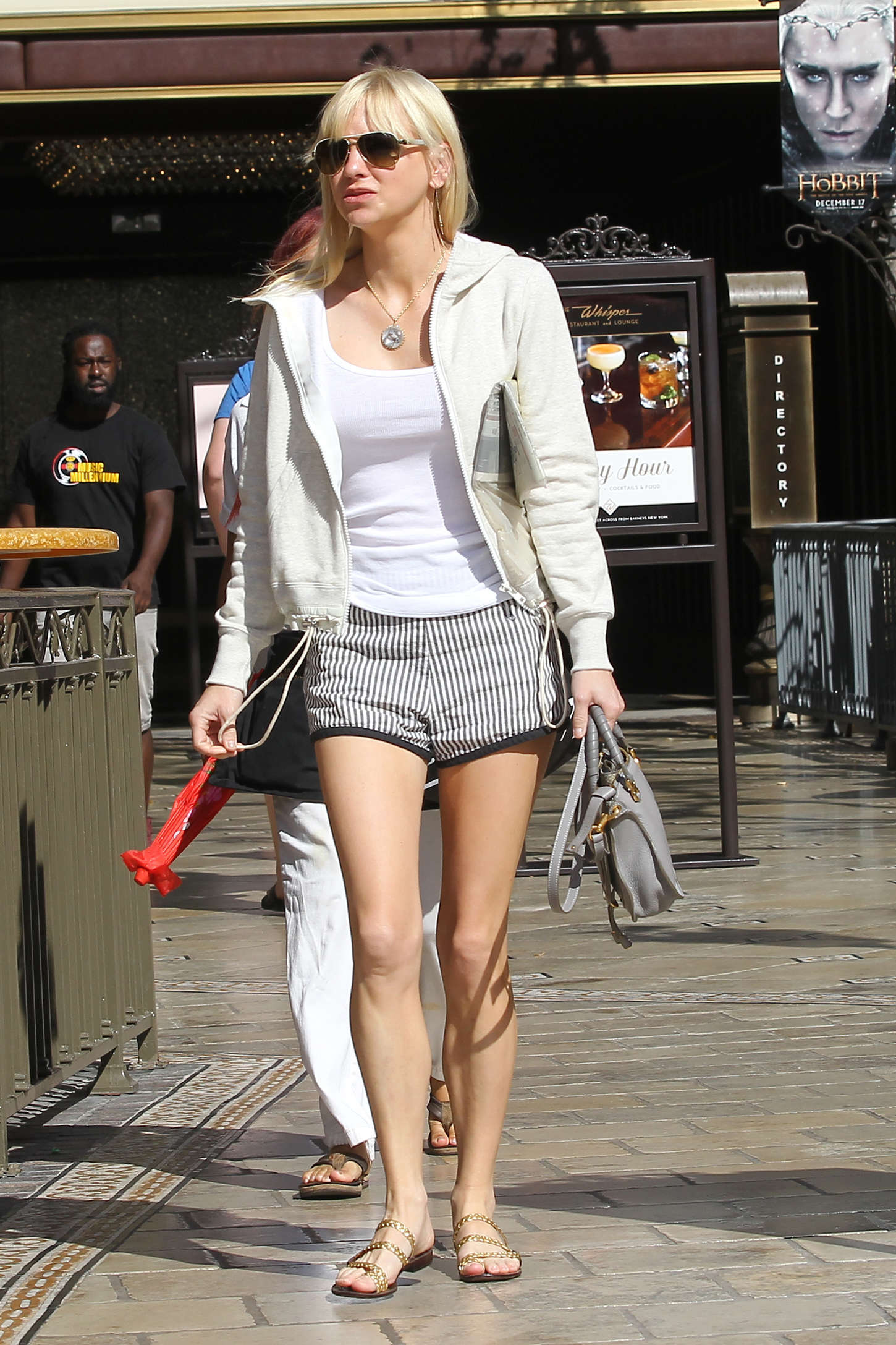 Anna-Faris-in-Shorts--07.jpg