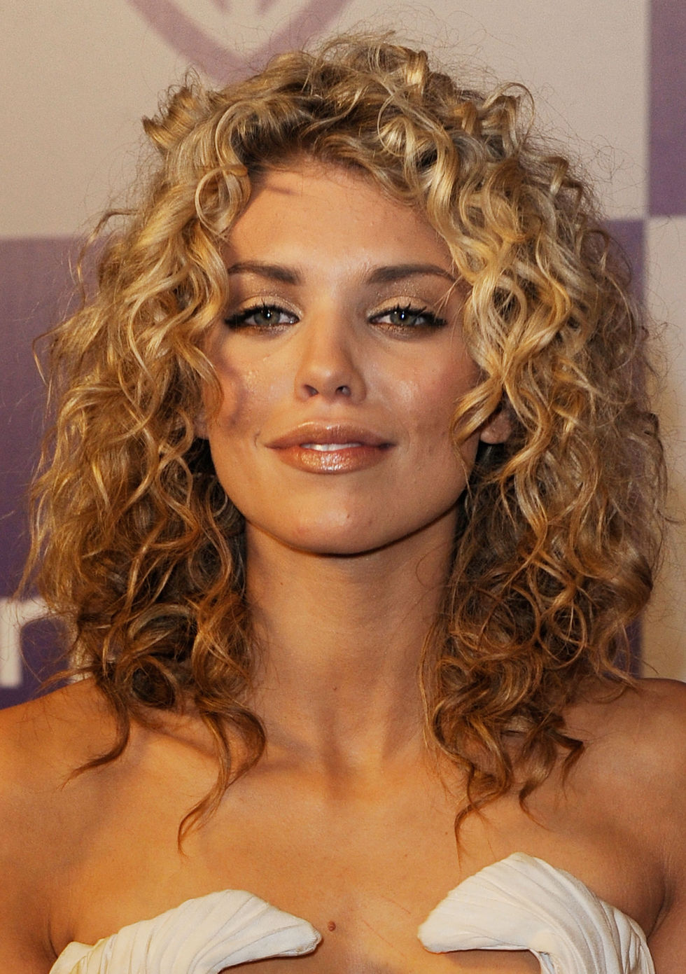 cruly hair styles annalynne mccord 2010 golden globe awards 04 gotceleb 1666 | annalynne mccord 2010 golden globe awards 04