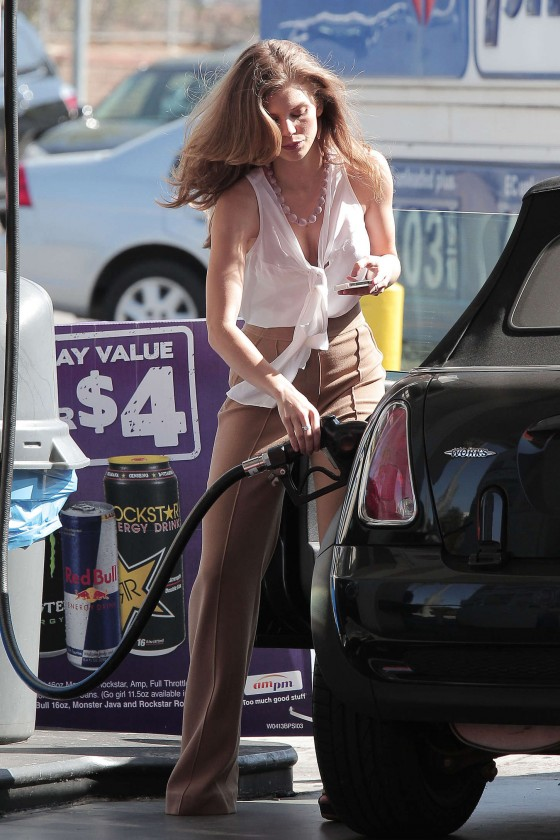 AnnaLynne McCord stops at a gas station -02