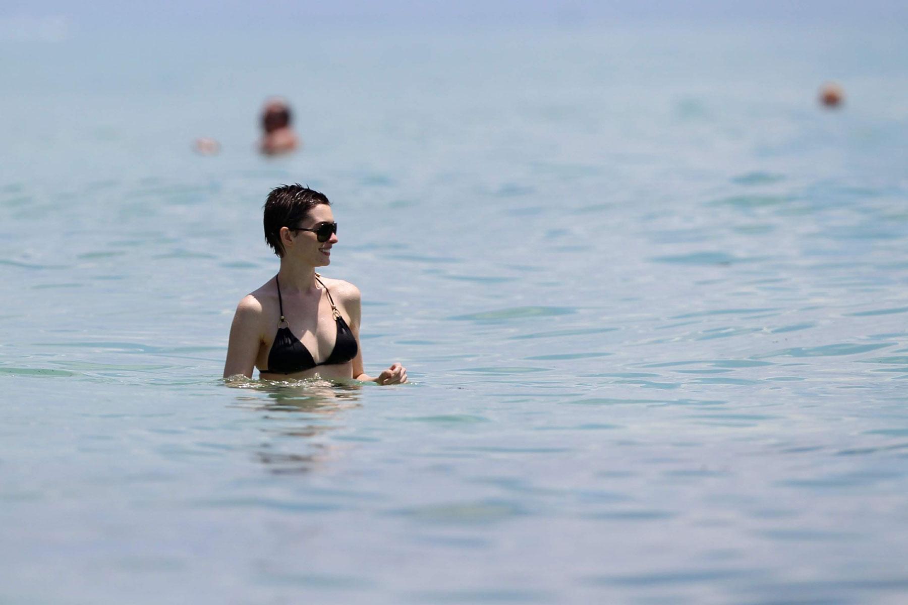 Энн хэтэуэй на пляже фото
