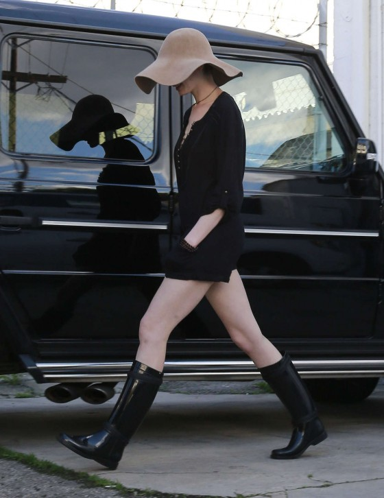 Anne Hathaway Leggy In Boots Getting Lunch In La 03