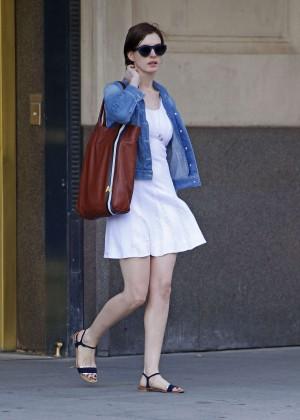 Anne Hathaway  street style-03