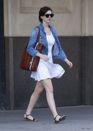 Anne Hathaway  street style-04