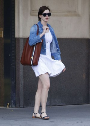 Anne Hathaway  street style-05