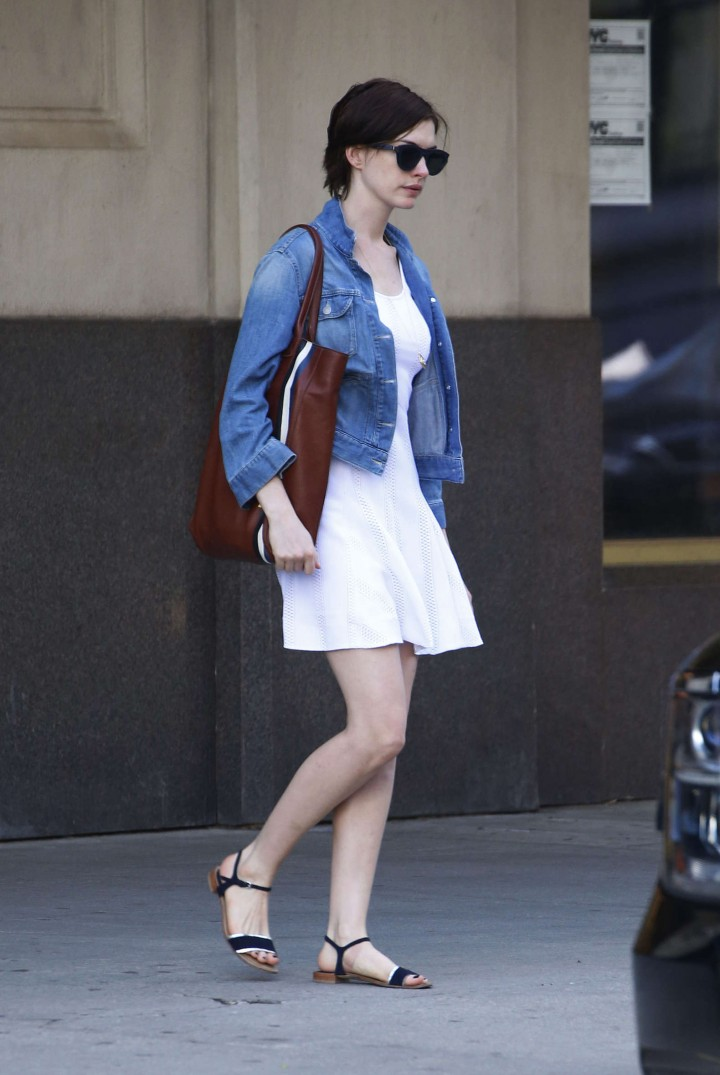 anne hathaway street style06 gotceleb