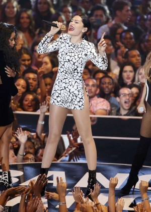 Ariana Grande: Performs at 2014 MTV Video Music Awards -01