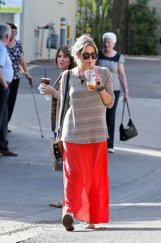 Ashely Benson Out for Lunch With Family in Toluca Lake-11