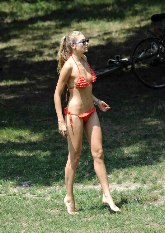 Ashley Hart 2010 : ashley-hart-and-jessica-hart-playing-frisbee-in-a-bikini-02