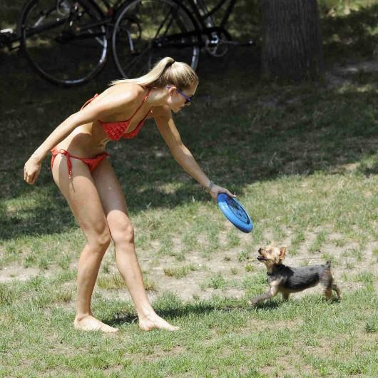 ashley-hart-and-jessica-hart-playing-frisbee-in-a-bikini-03