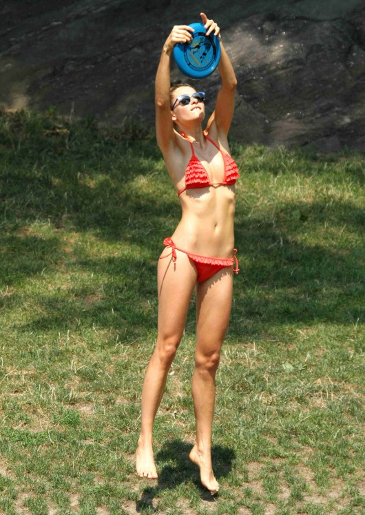 ashley-hart-and-jessica-hart-playing-frisbee-in-a-bikini-05