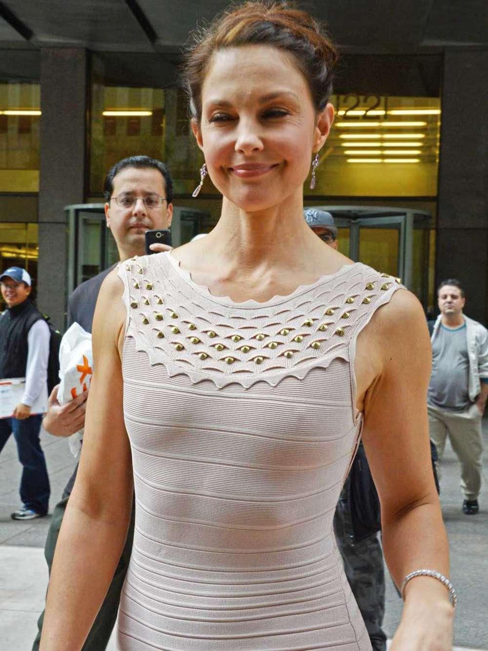 У женщины видно грудь с боку платья — pic 4