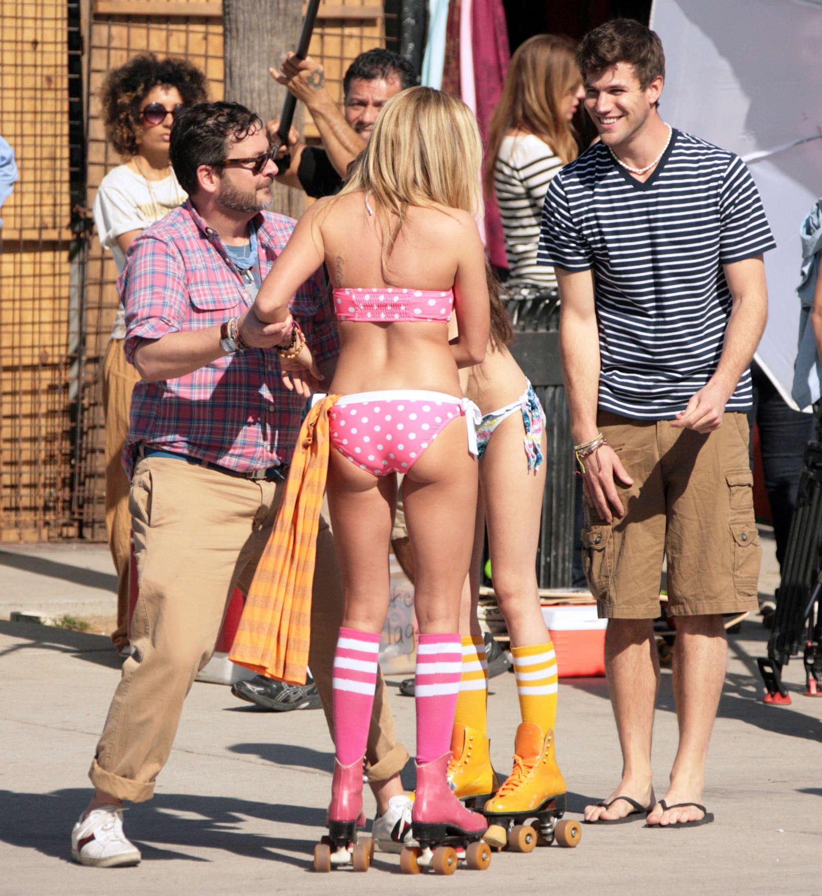 sarah hyland bikini