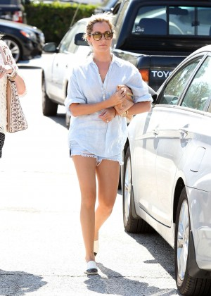 Ashley Tisdale shopping -04
