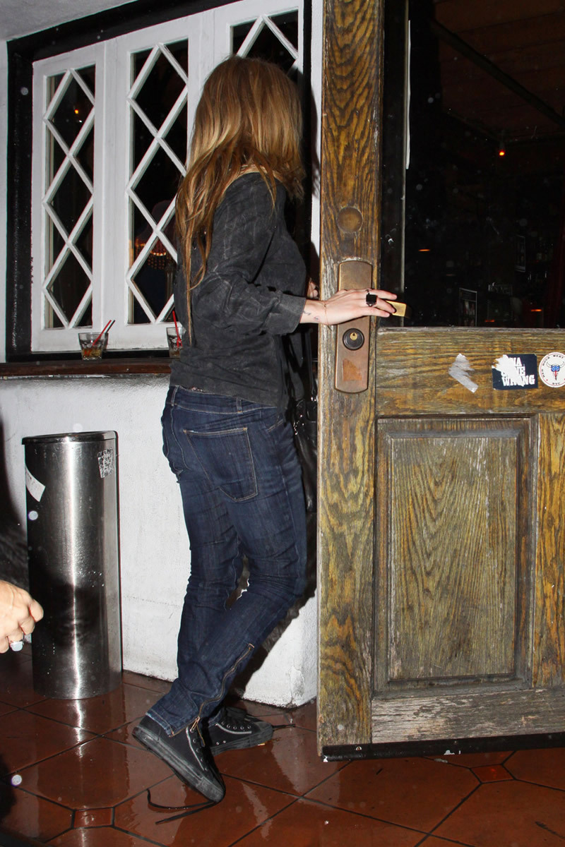 Avril Lavigne 2010 : avril-lavigne-and-brody-jenner-at-red-rock-bar-eatery-in-west-hollywood-03