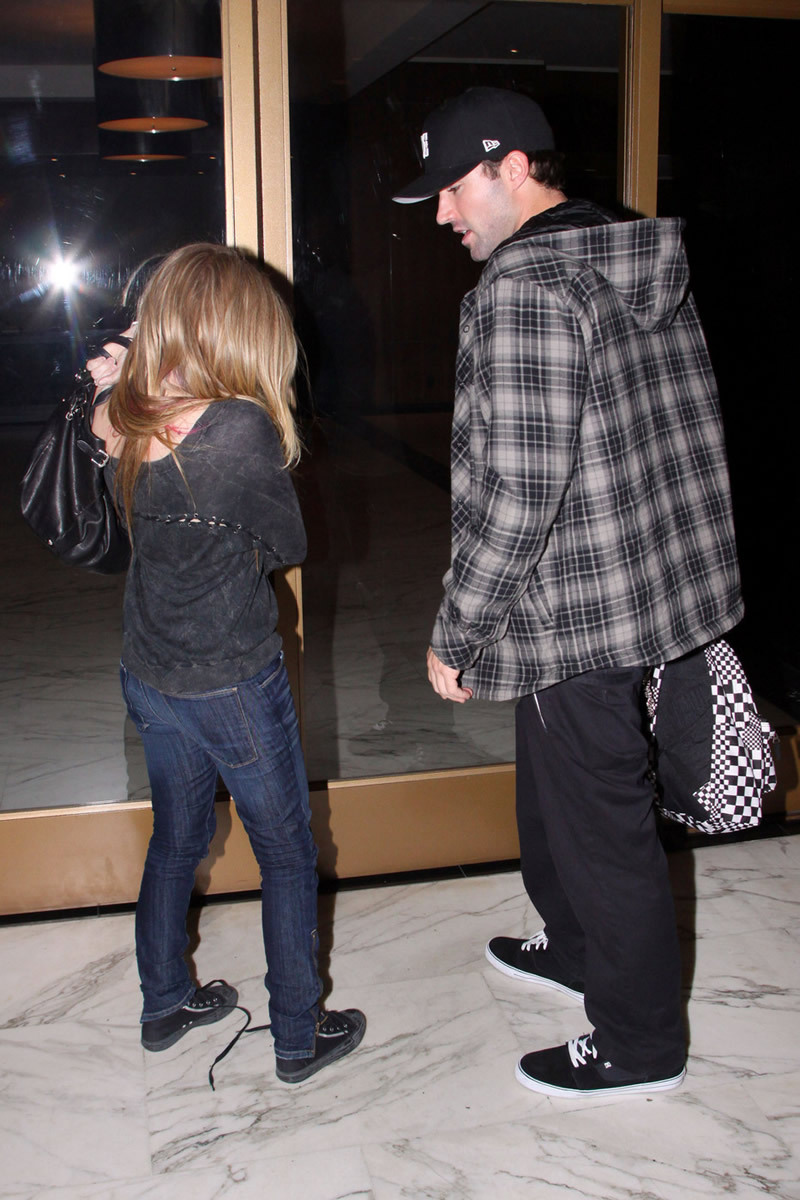 Avril Lavigne 2010 : avril-lavigne-and-brody-jenner-at-red-rock-bar-eatery-in-west-hollywood-04