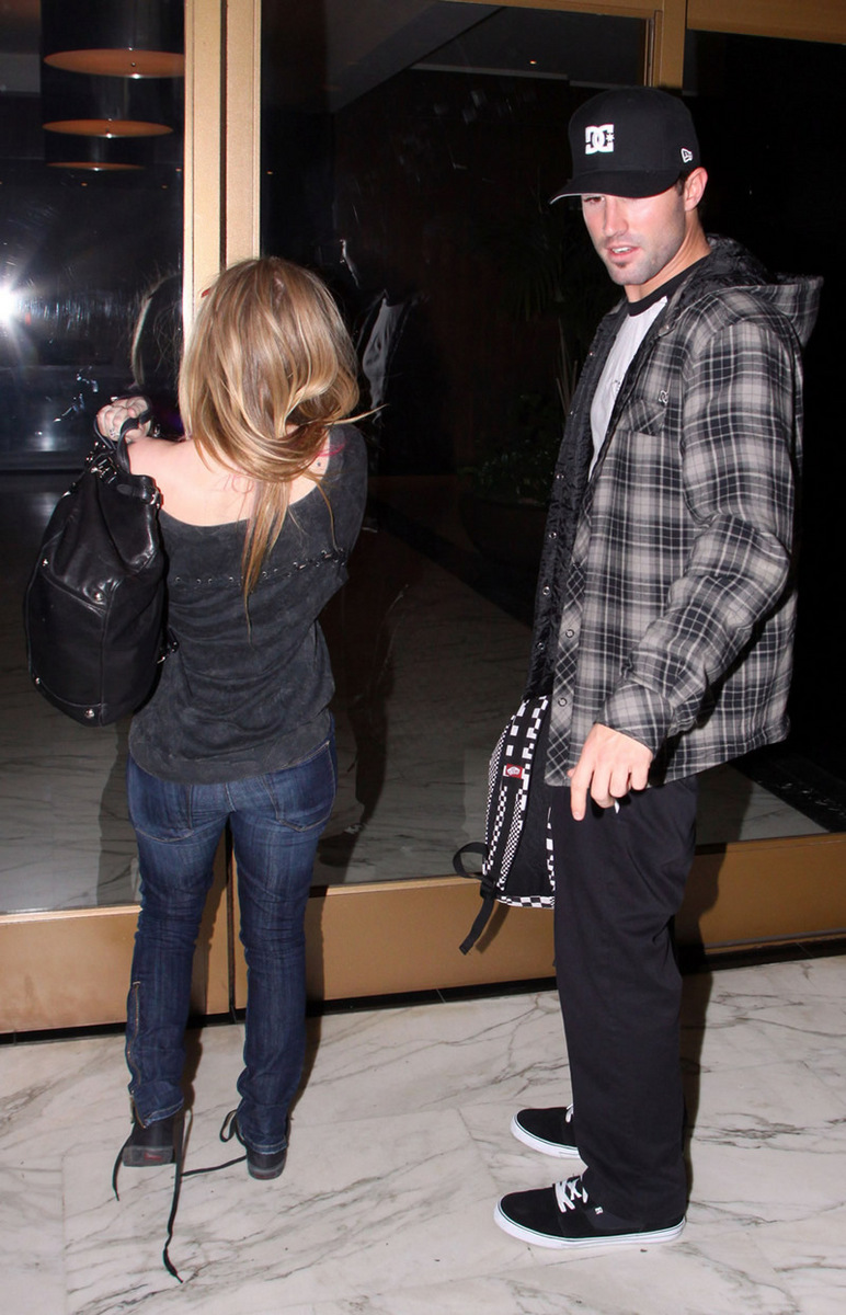 Avril Lavigne 2010 : avril-lavigne-and-brody-jenner-at-red-rock-bar-eatery-in-west-hollywood-05