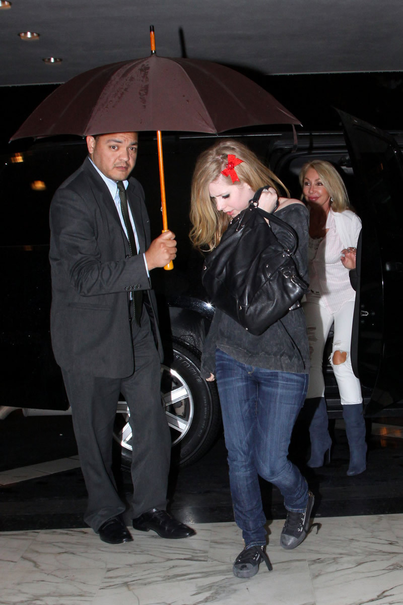 Avril Lavigne 2010 : avril-lavigne-and-brody-jenner-at-red-rock-bar-eatery-in-west-hollywood-10