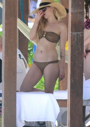 Avril Lavigne bikini in Mexico -20