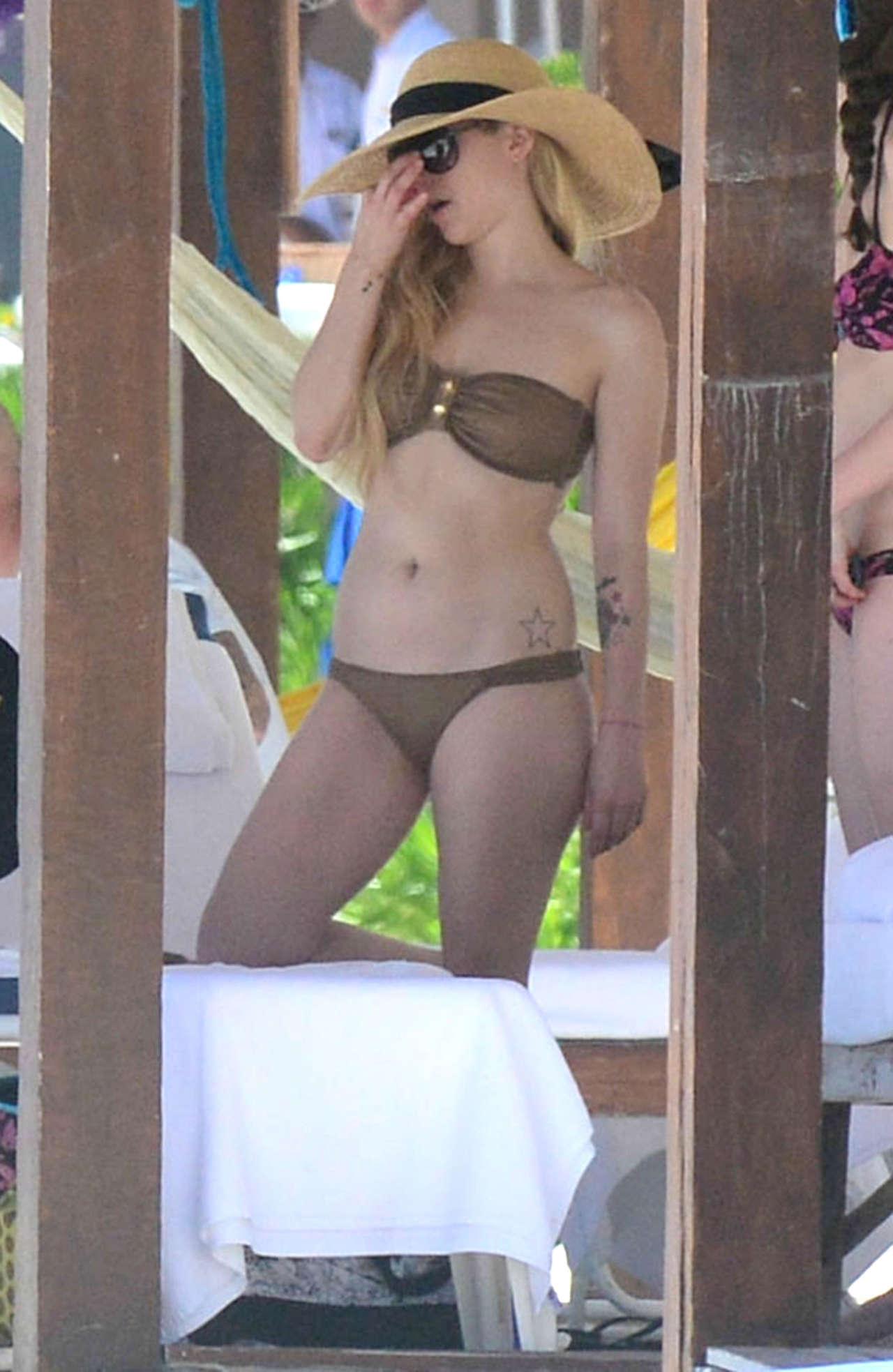 Avril Lavigne 2014 : Avril Lavigne bikini in Mexico -20
