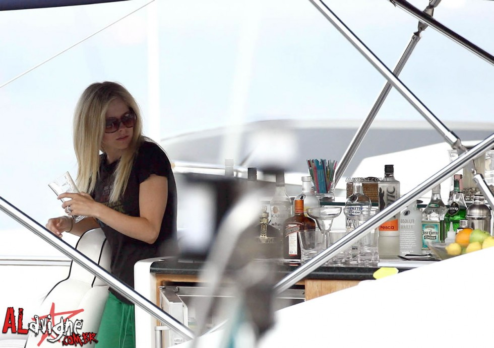 Avril Lavigne 2010 : avril-lavigne-honeymoon-photos-in-portofino-28