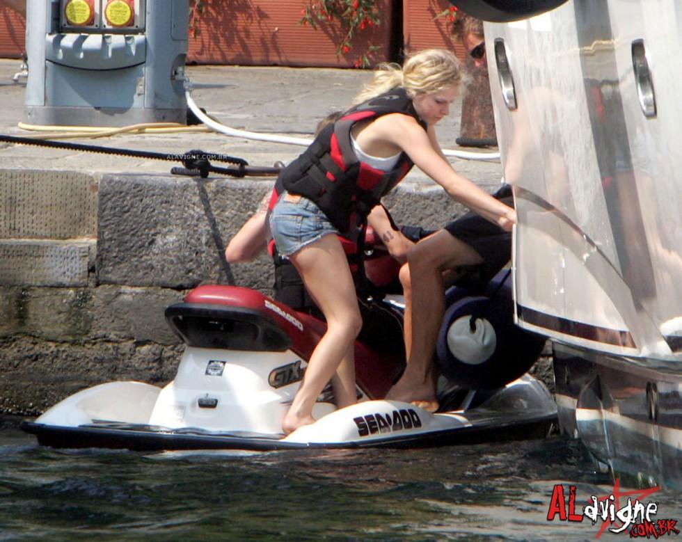 Avril Lavigne 2010 : avril-lavigne-honeymoon-photos-in-portofino-31