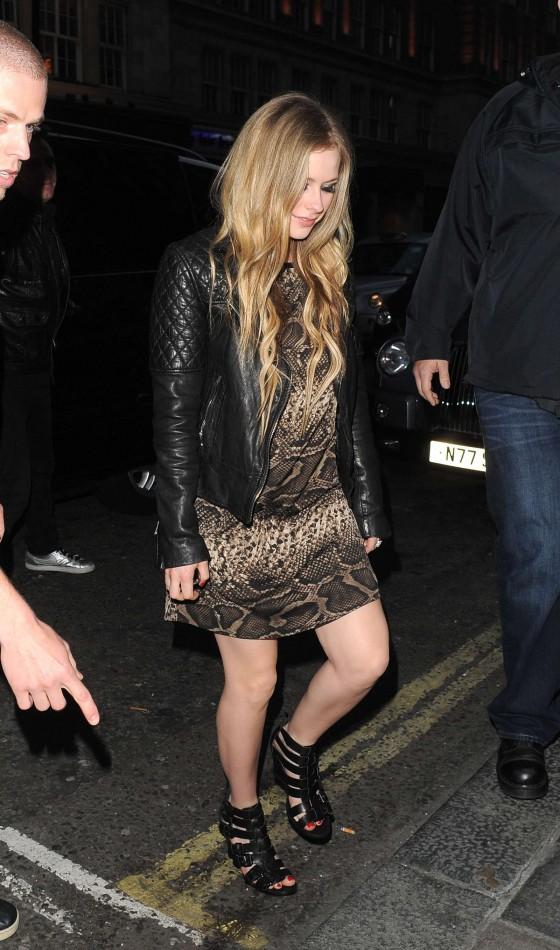 Avril Lavigne outside Nobu in London-04