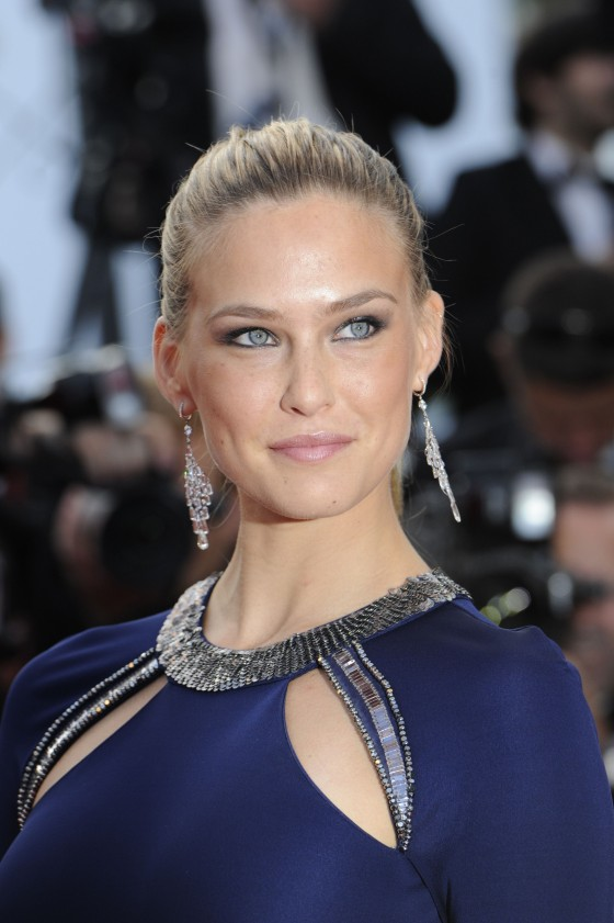 bar-refaeli-at-the-screening-of-the-beaver-in-cannes-06