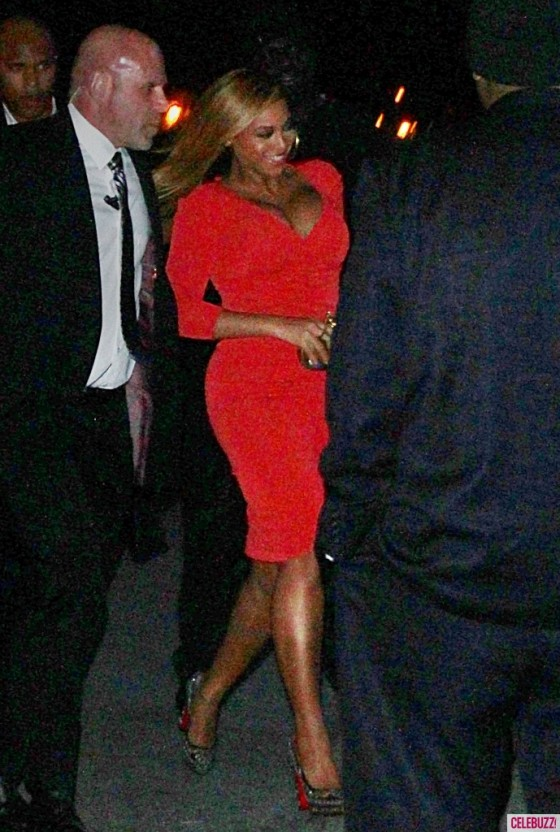 beyonce at jay z benefit concert at carnegie hall 02 gotceleb. Black Bedroom Furniture Sets. Home Design Ideas