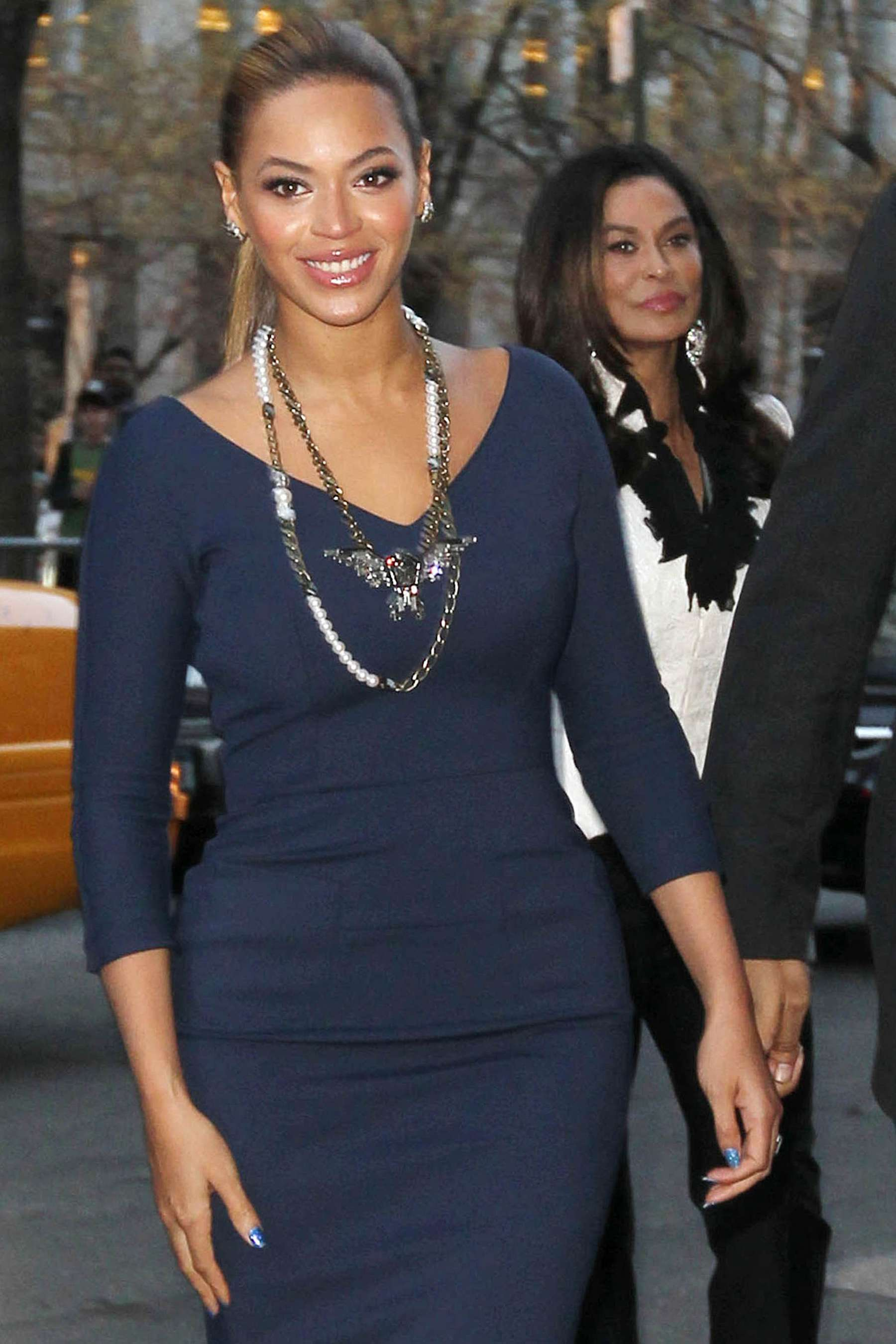 Beyonce 2012 : Beyonce hot in blue dress in New York-10