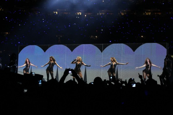 Beyonce Super Bowl 2013 Performing-52
