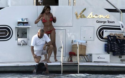 beyonce-wet-bikini-on-vacation-in-croatia-03