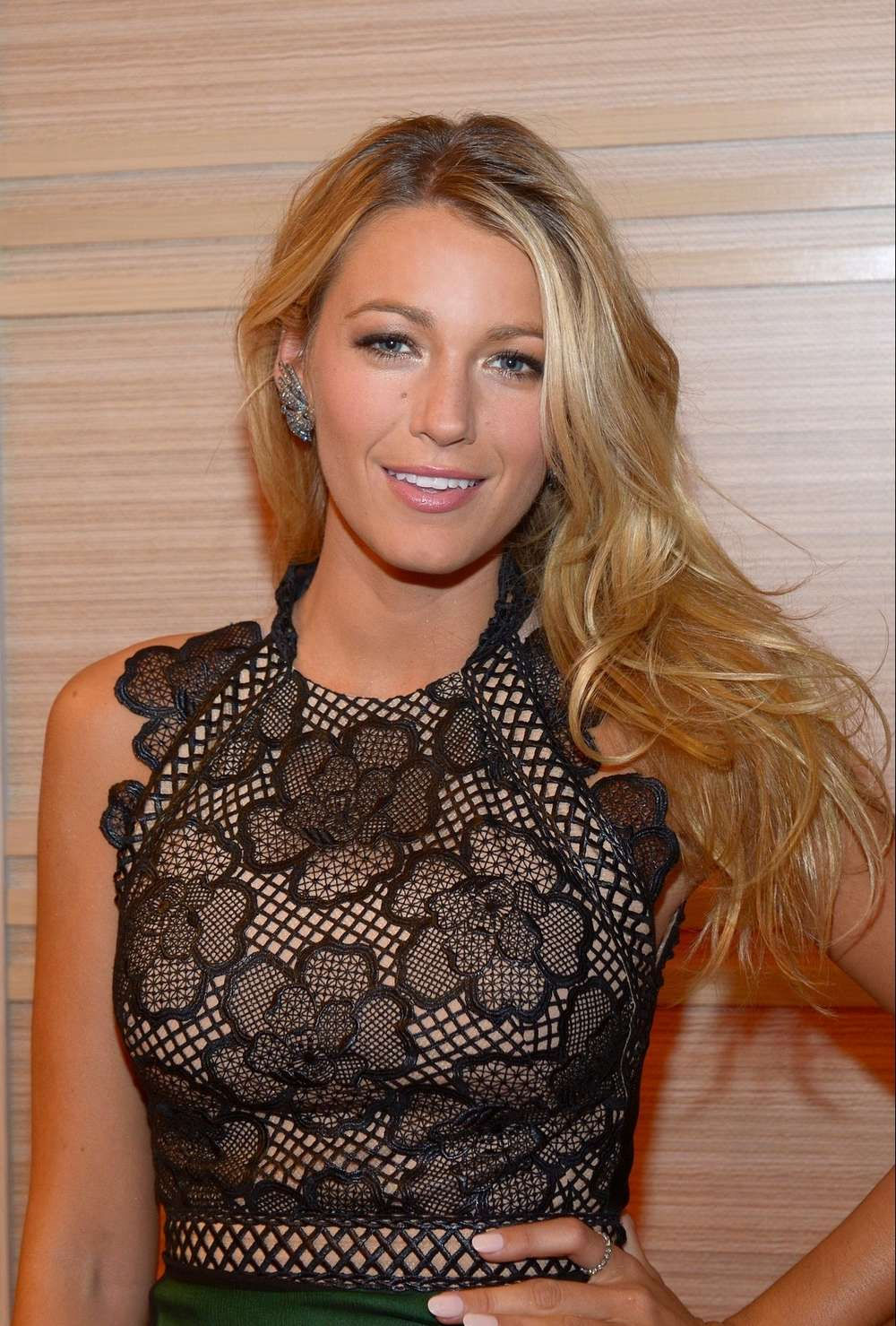 Blake Lively 2012 : Blake Lively in a tight skirt-02